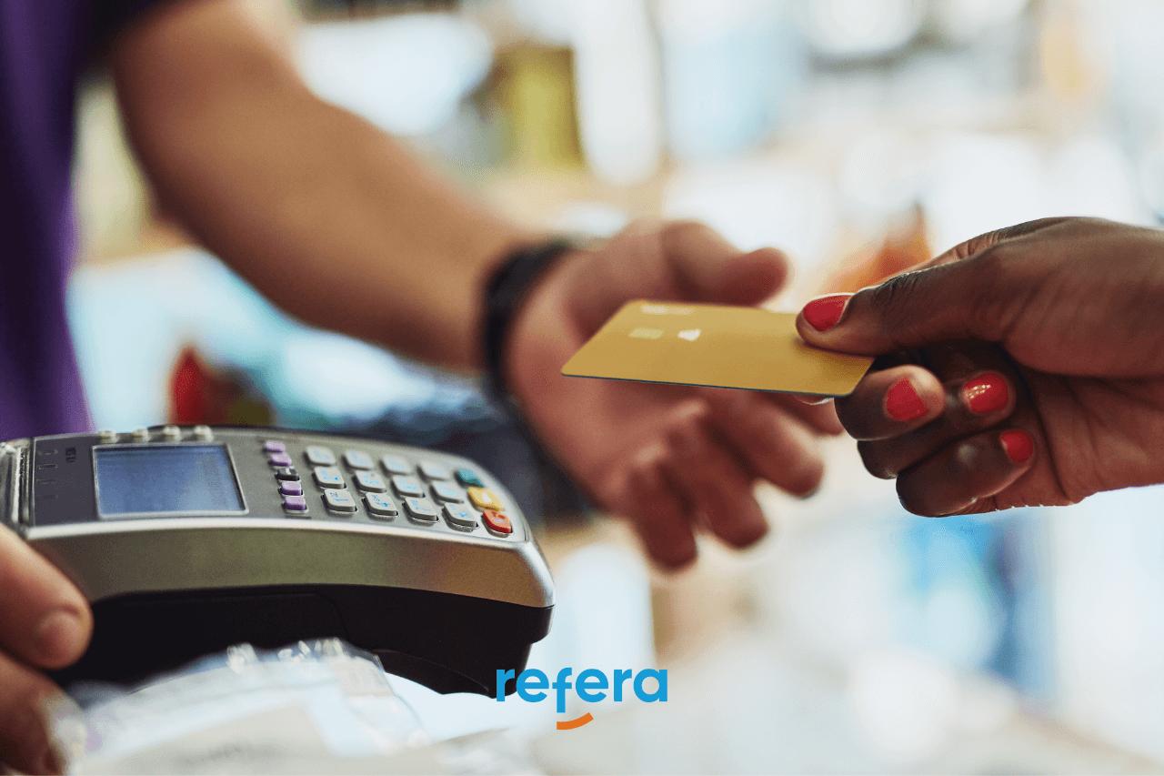 Imagem ilustrando uma pessoa pagando um serviço com cartão
